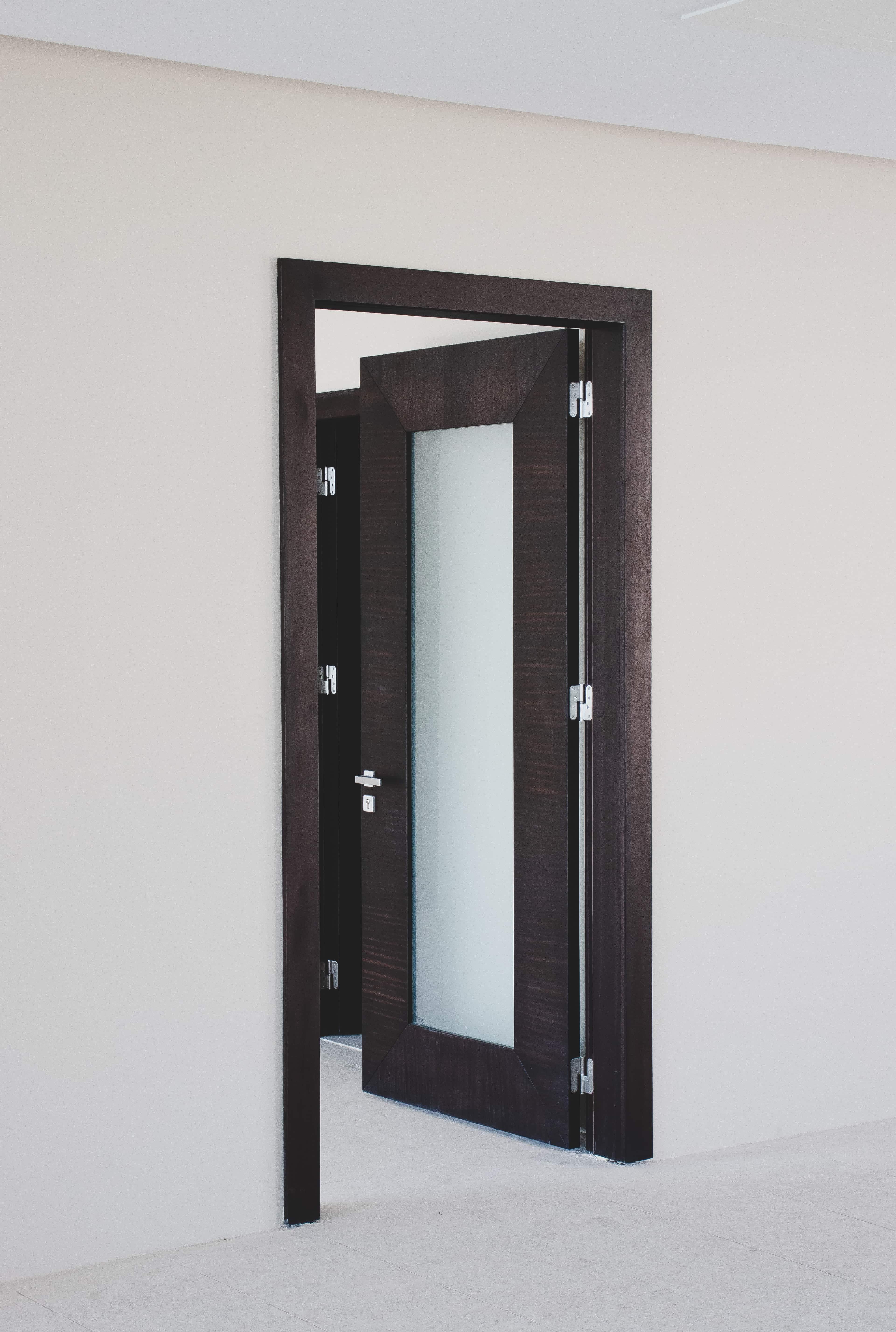 Une porte d'entrée vitrée et noire