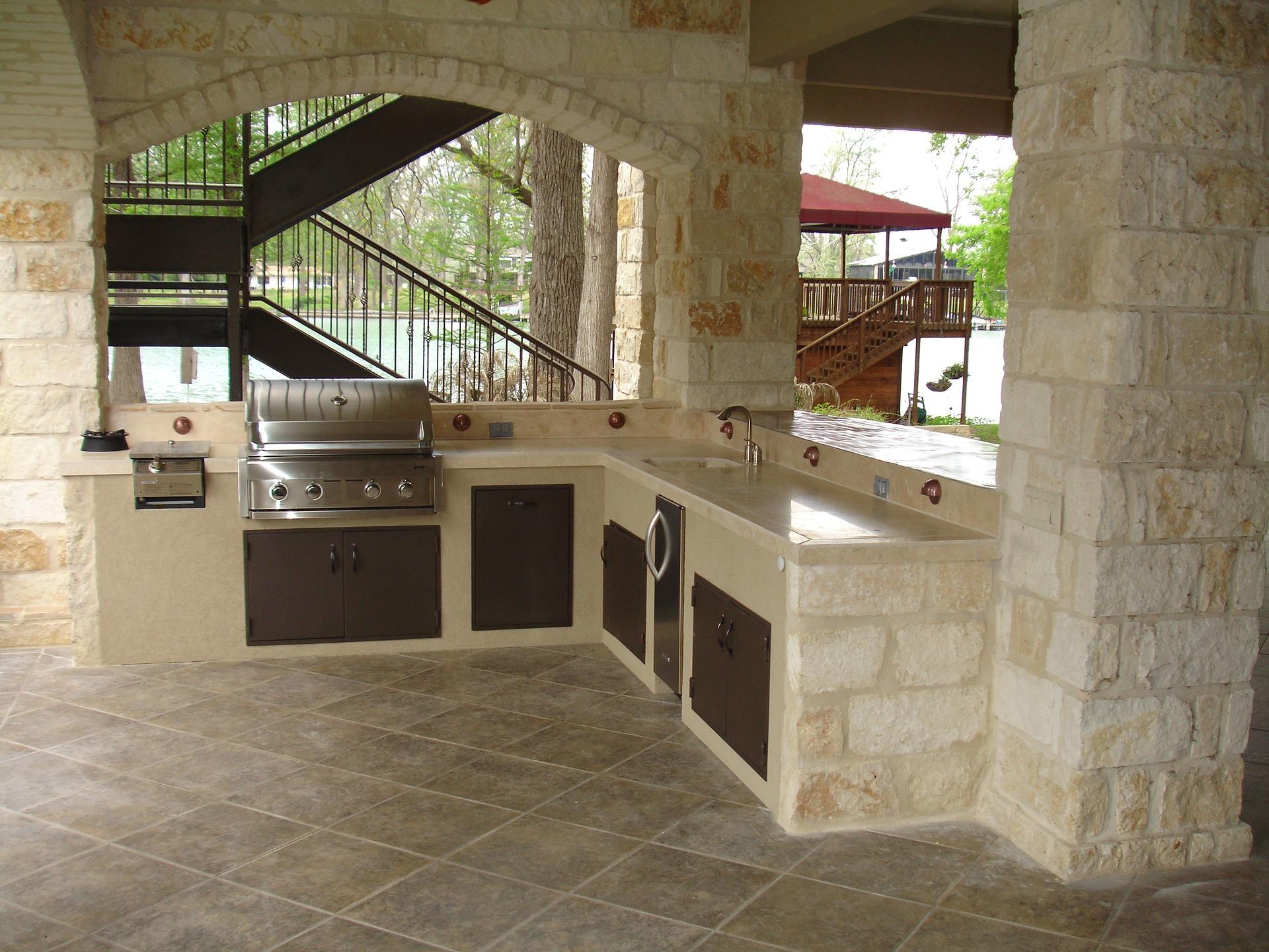 Une cuisine d'extérieur en pierre