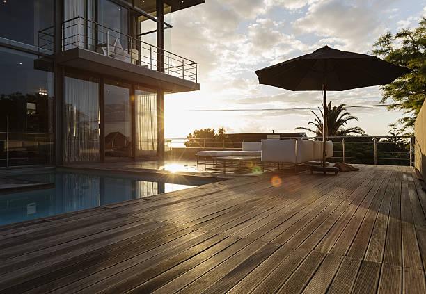 Terrasse en bois d'une belle maison de luxe avec piscine