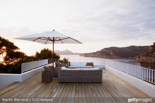 La pose d'un saturateur et un grand nettoyage 1 à 2 fois/an, sont nécessaires pour avoir une belle terrasse.