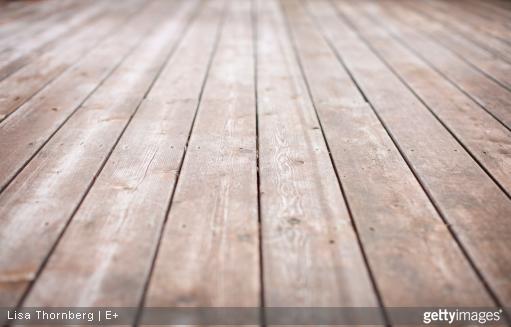 Les UV et les intempéries peuvent rendre le bois de votre terrasse gris, si celui-ci n'est pas bien protégé.