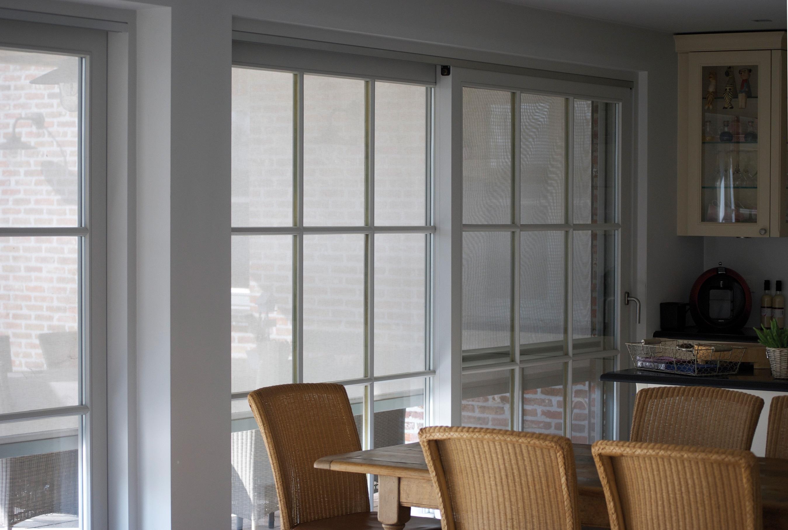 Le store screen permet de préserver la fraicheur d'une maison. Source image : Soprofen